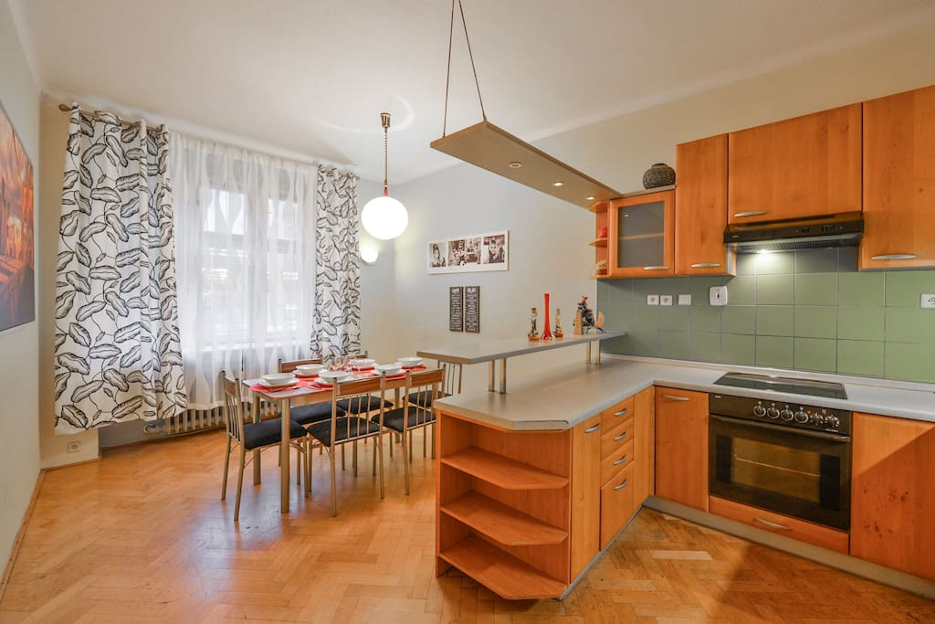 Large kitchen and dinning room for 6 people