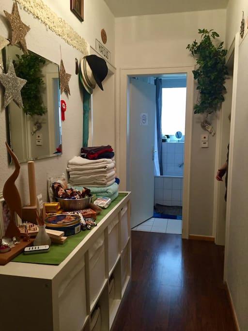 Im Flur liegen /stehen meine Gäste,Handtücher,Leckereien,Hausapotheken-Utensilien bereit