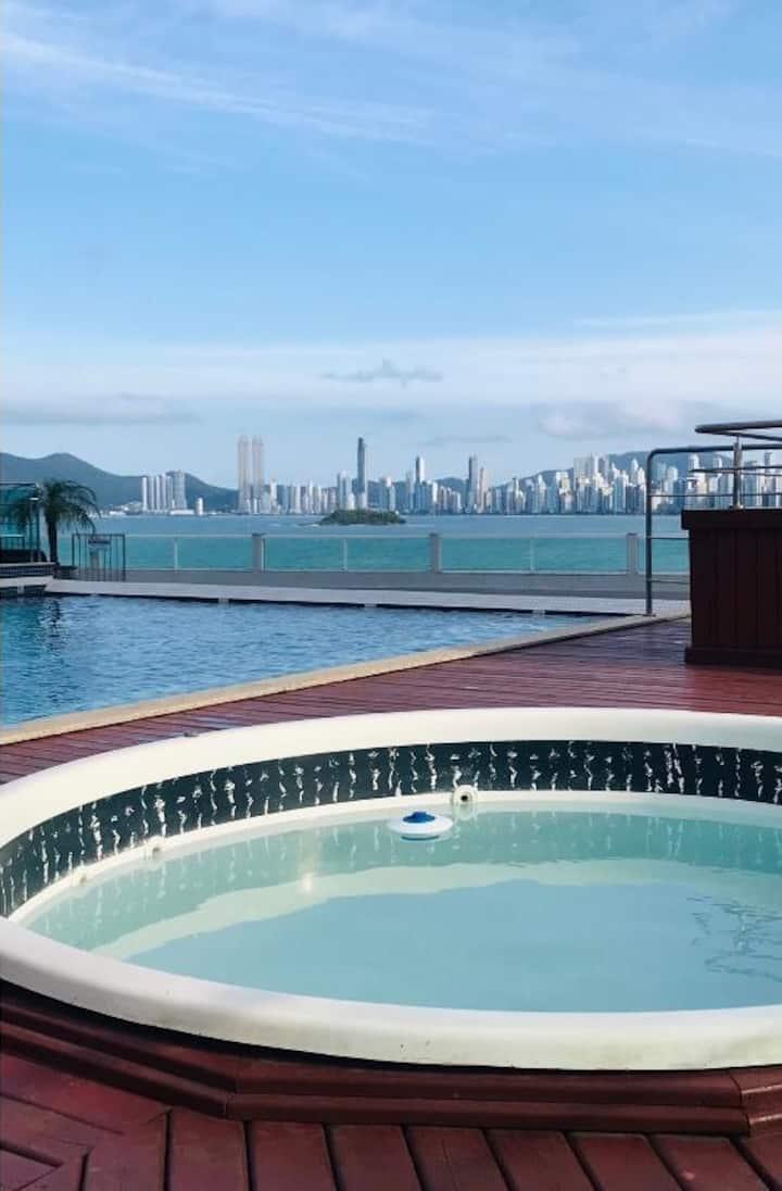 Apto frente ao mar com piscina, jacuzzi, garagem.