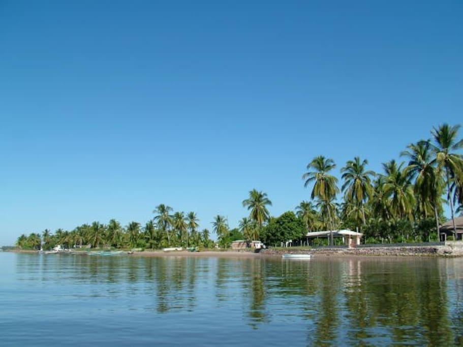Casa a la orilla del mar, es un área muy tranquila, ideal para relajarse. El estero es poco profundo y sin oleaje. Lo único que escucharás son los pescadores que pasan en sus lanchas y canoas.
