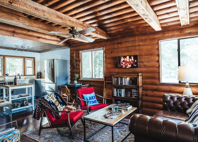 Cozy Lakefront Log Cabin