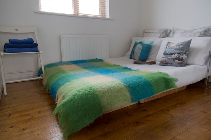 Cosy Calm Double, 5 mins drive from City Centre - Galway