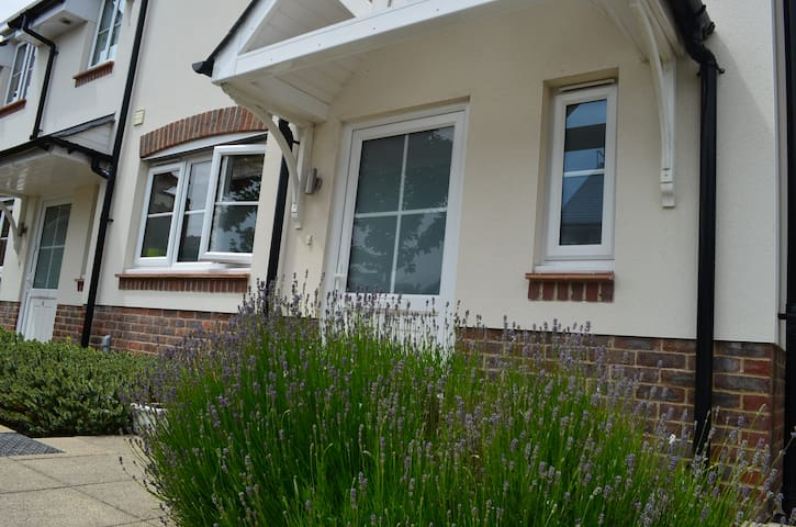 Modern House close to Town, Beaches and Quays.