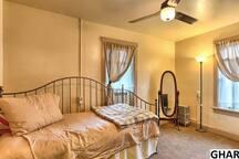 2nd bedroom w Queen