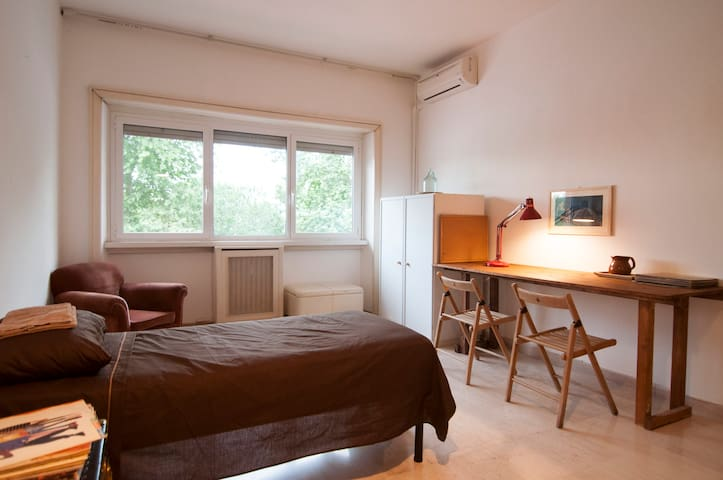 Big Cosy and Sunny Room in Trastevere (Center)