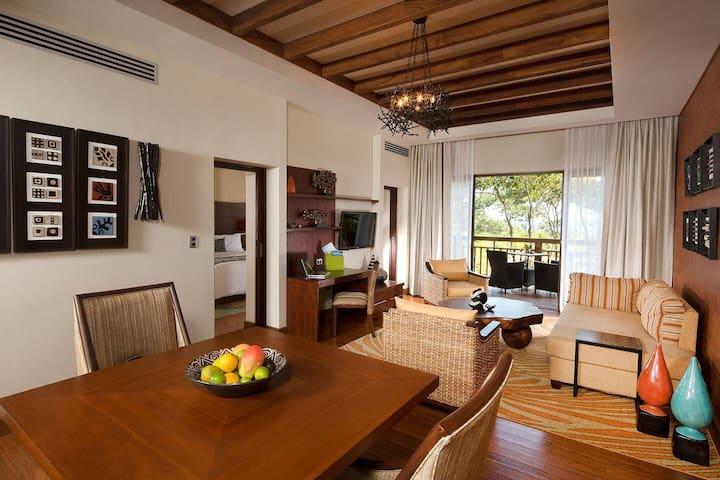 Habitación Deluxe con cocina, sala, comedor, escritorio de trabajo,baño,cama king y terraza.