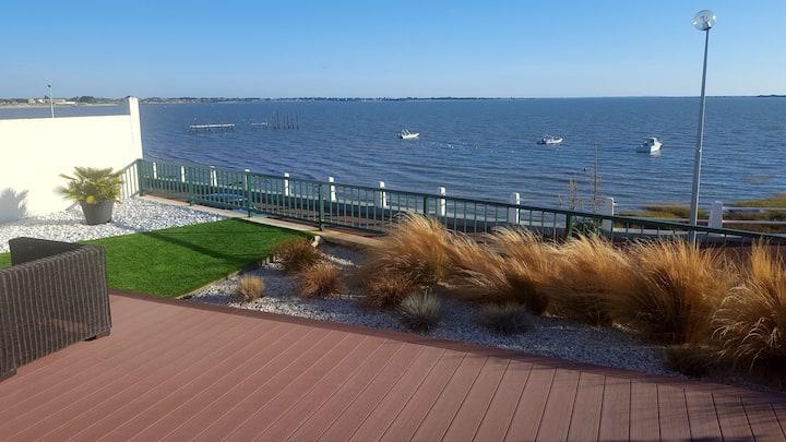 Villa face mer bénéficiant d'une grande terrasse