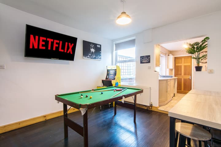 3 bedroom house with games room and projector