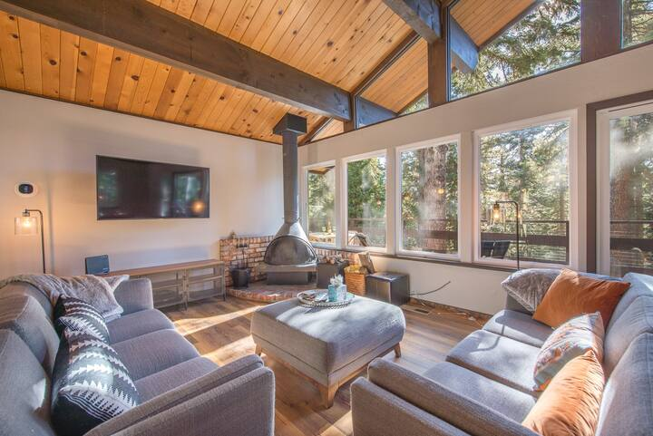 | Cozy Retro Cabin | 4-Bedrooms | Wood Fireplace |