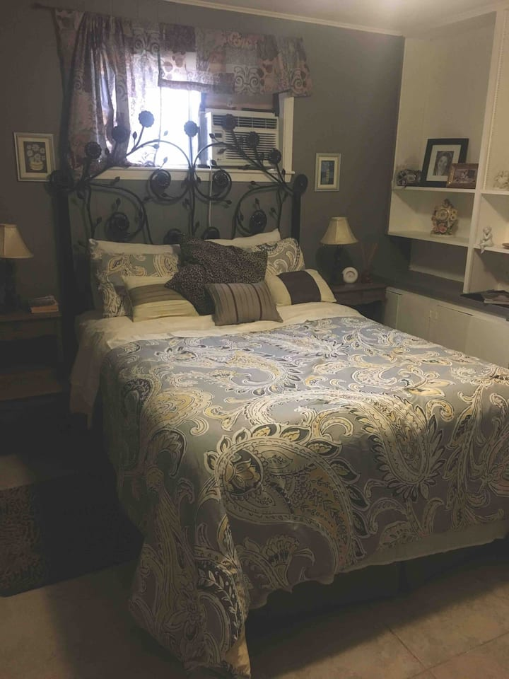 NASA ,lake and Galveston in a cozy bedroom