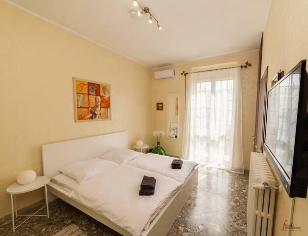 Schlafzimmer mit 180x200cm Bett, sehr gemütliches Bett, neue Matratzen, auch für Allergiker geeignet