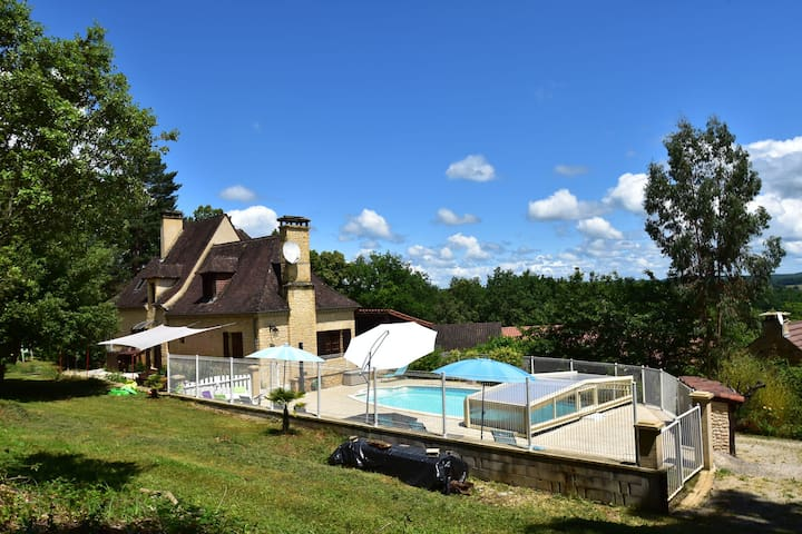 House with heatable pool near Sarlat-la-Canéda (14 km) and beautiful castles.