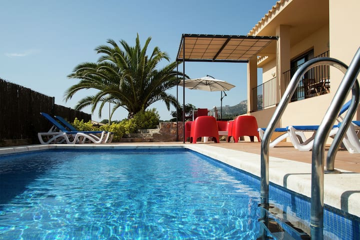 Exclusive villa for 6 in l'Estartit with private pool in residential area.