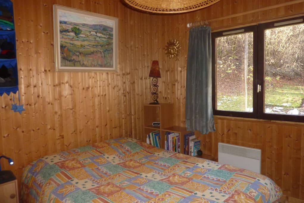 + petit bureau + 1 commode et 2 étagères pour le rangement + possibilité de fermer chambre à clé + aucun vis à vis