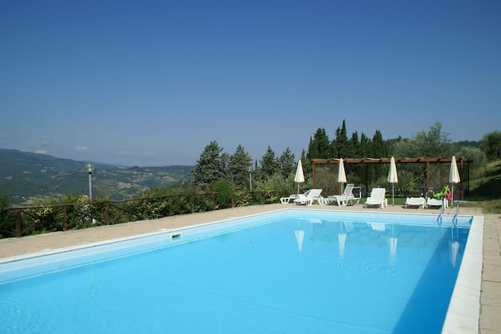 Attractive Farmhouse in Tuscany with Swimming Pool