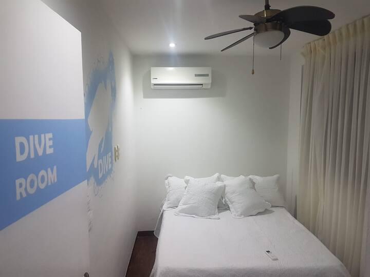 Bike Dive Hostel: Habitación con cama doble y baño