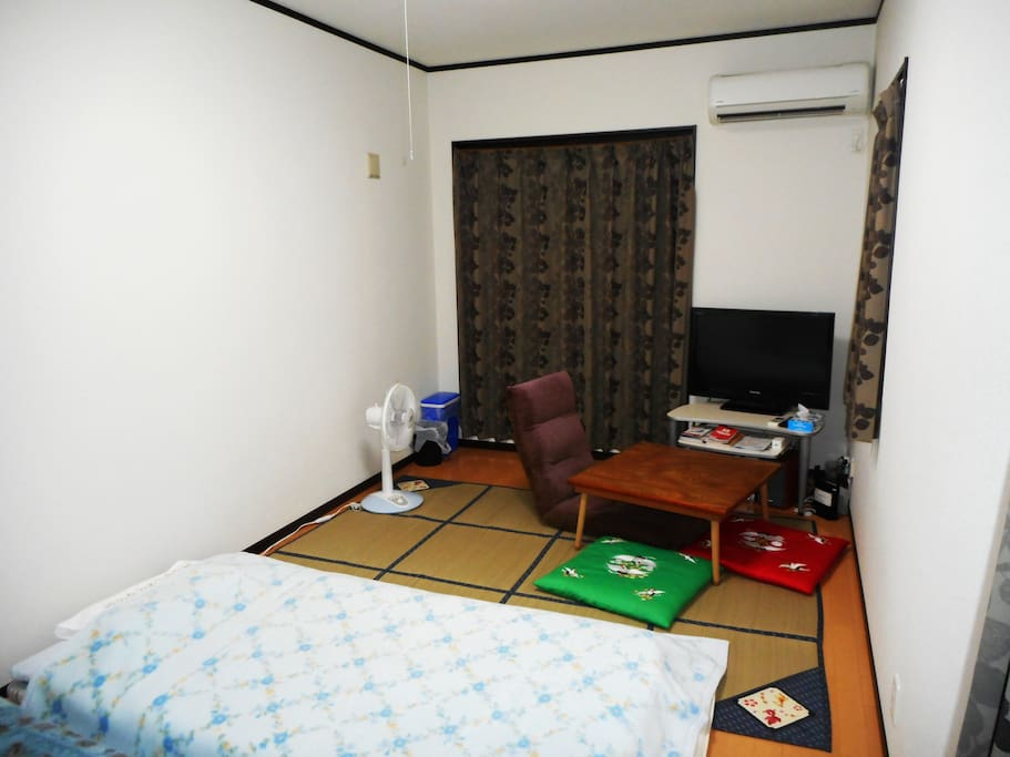 Bedroom 2: TV, audio, internet(Wi-Fi), and air-conditioning