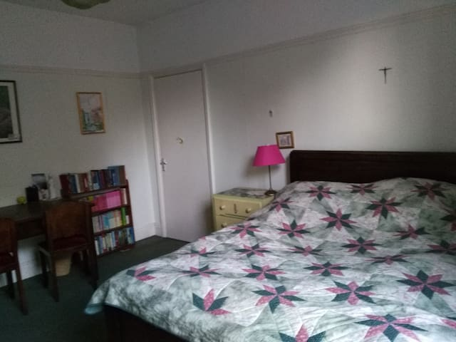 Large, double room near university & city centre.