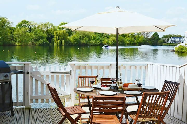 Stylish pet-friendly waterfront retreat on Spring Lake in the Cotswold Water Park