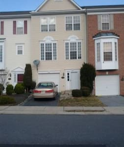 Enjoy the amazing Whittier Lake Park Setting - Frederick - Townhouse