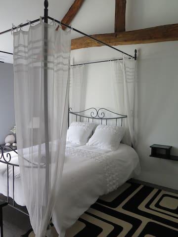Chambre romantique avec son lit à baldaquin - La Flèche - Huis