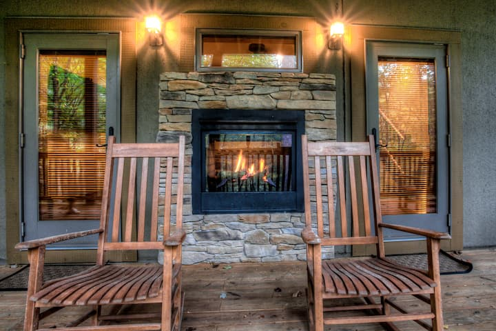 Cozy Cabin in the Woods; Private/exclusive community, stream & waterfall, luxury & more!