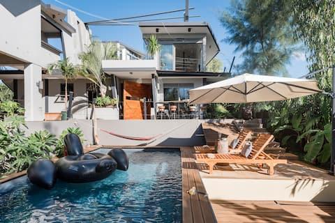 Независимая дизайнерская студия с видом на море/горы и бассейн в современной огромной вилле