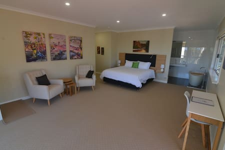 Luxury stay nestled in bushland - Peace and Tranquility - Jarrah Room