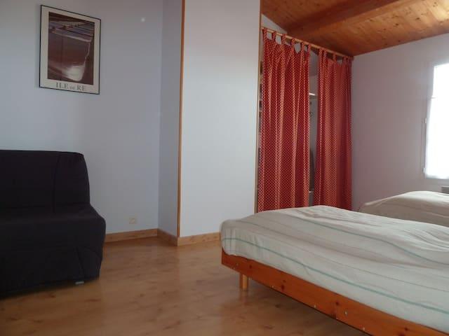 Chambre 3 à l'étage 2 lits simples, 1 canapé BZ 1 place