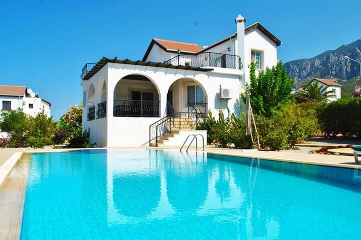 Villa Elegance sleeps 8 people with 4 bedrooms and 3 bathrooms - Lapta - 別墅
