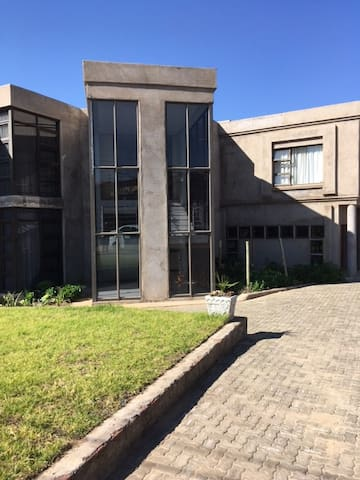 Khamos Villa - Maseru - Talo