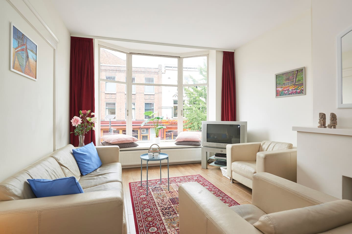 Beautiful apartment on an A+ location with a nice view on a vibrant street right in the city center of Utrecht.