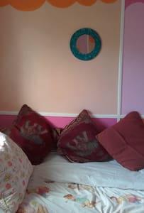 single room in friendly enviroment - Brighton - House