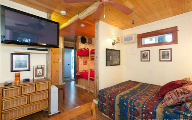 The Cowboy Bunkhouse - Peachland - Appartement