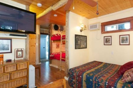 The Cowboy Bunkhouse - Peachland