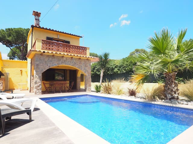 Nice house with private pool at 600 m.from Montgó beach. Living room with TV (internation