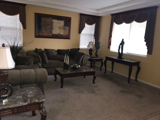 Spacious home 10 minutes from Sacramento Airport
