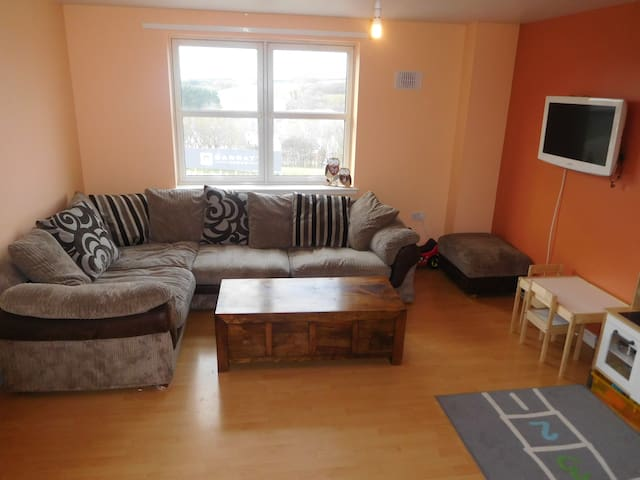 Family friendly 2 bed flat. Easy airport access. - Aberdeen - Apartament