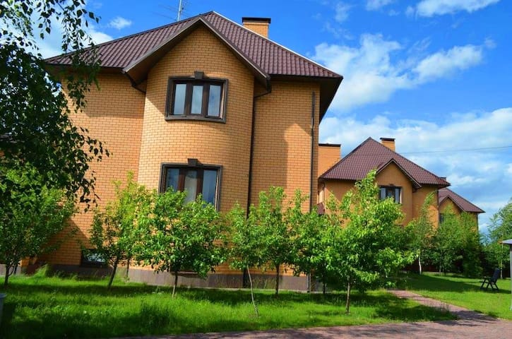 Современный коттедж у озера - Myshetskoye - Casa