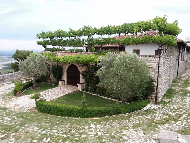 Traditional House inside Citadella. - Berat - Pension