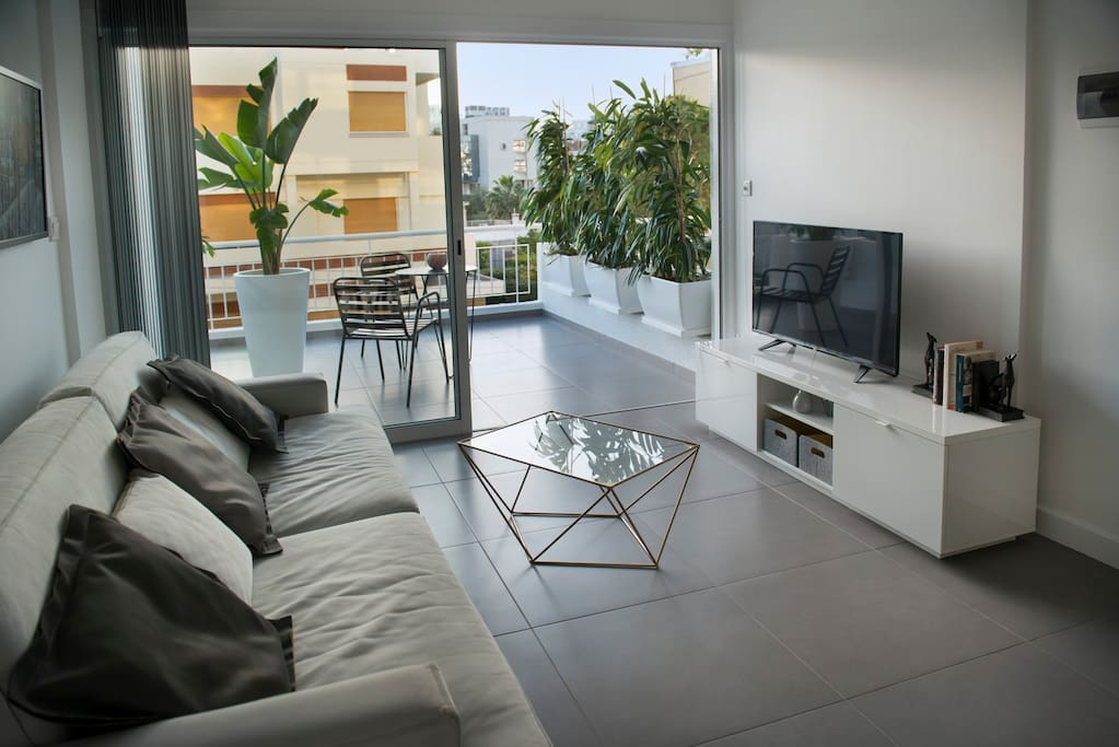 This charming modern, bright and airy, air-conditioned & heated apartment is fully furnished.
