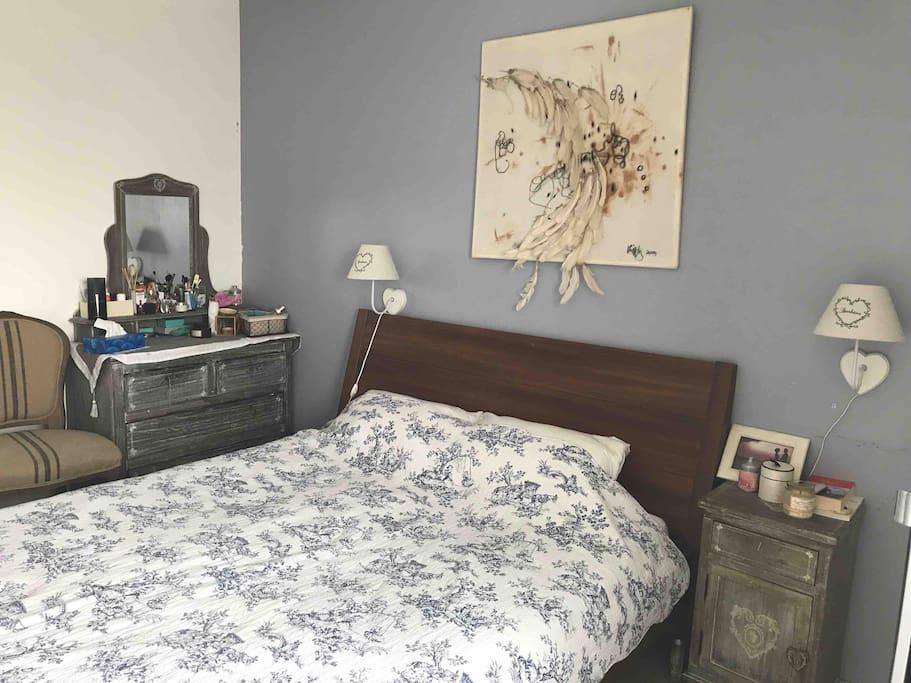 First bedroom, with a queen sized bed/  Première chambre à coucher, avec un lit de 160x200(cm)