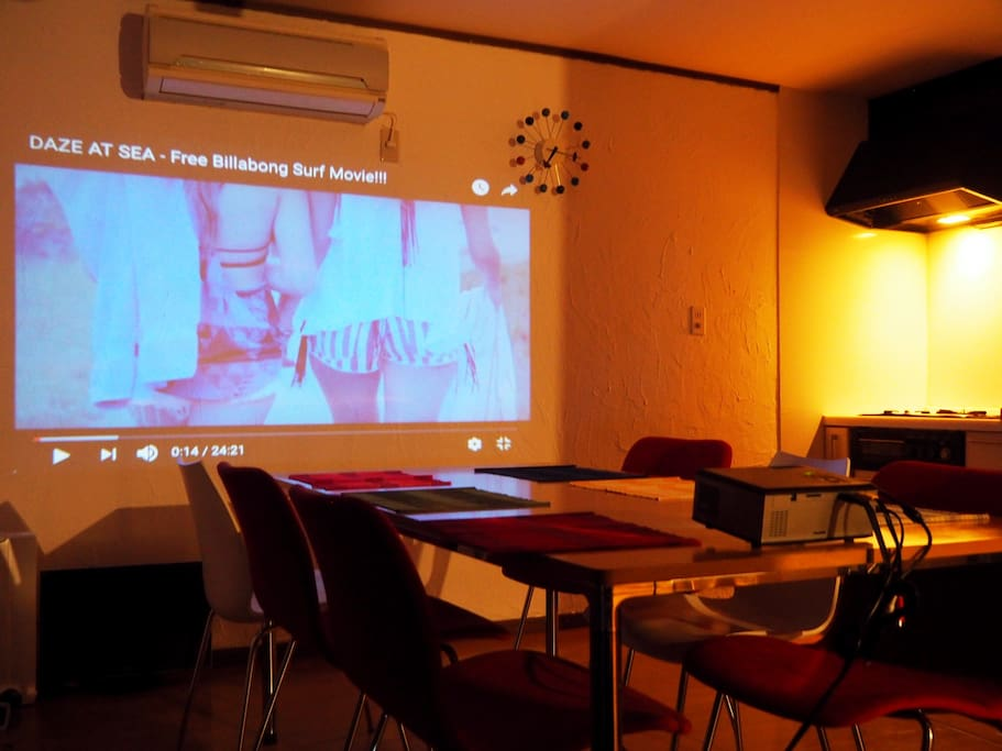 You can use projecter in living room  LDKでは、プロジェクター、スクリーンもお使いいただけます。