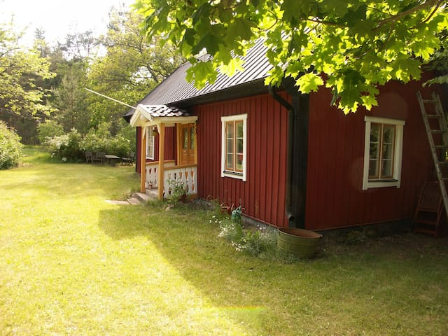 1800th century cottage in beautiful surroundings - Köpingsvik - Srub