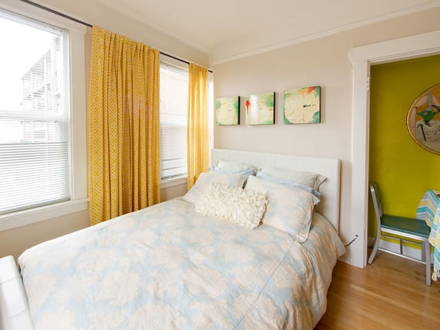 Amenity Filled Fab Cap Hill Studio! - Seattle - Apartment