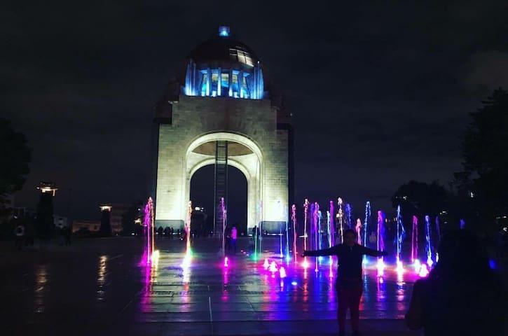 A unos pasos de la Plaza de la Revolución, uno de los lugares más emblemáticos de la Ciudad de México.