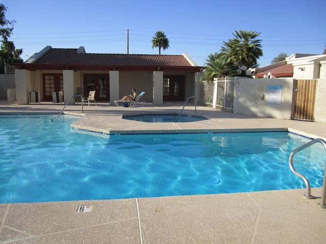 Comfy Condo to Cool OFF > Near Airport & Freeways!