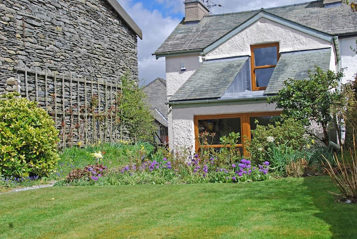 Garburn Cottage - large secluded sunny garden - Staveley