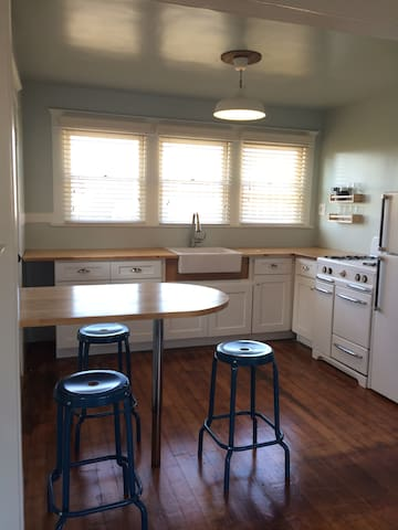 Easy Breezy Portside Guesthouse - Los Angeles