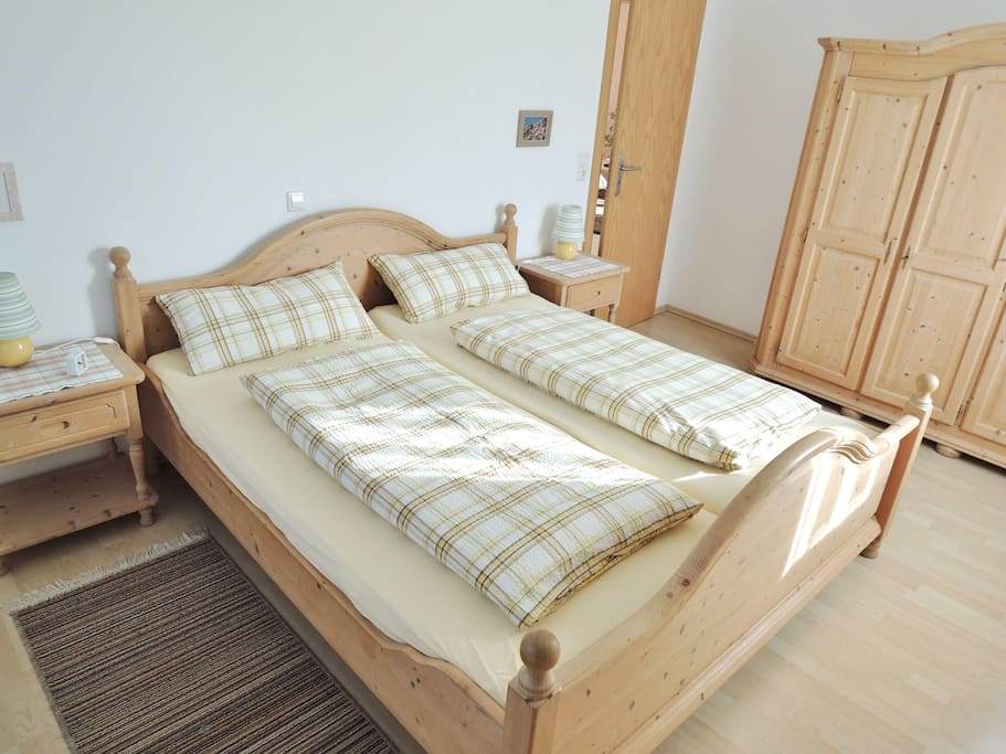 FeWo im 1.OG - Schlafraum mit Doppelbett und Kleiderschrank.